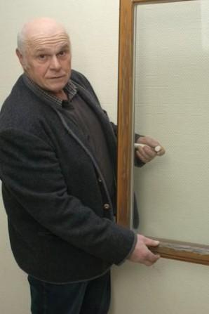 An der Erneuerung maroder Fenster im Saal des Geisfelder Bürgerhauses führt kein Weg vorbei. Ortsbürgermeister Theo Palm überzeugt sich persönlich davon. TV-Foto: Ursula Schmieder