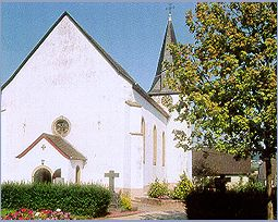 """uf die Kirche ist man im Hunsrückdörfchen Geisfeld besonders stolz. Schließlich hat der bedeutende Barockbaumeister Balthasar Neumann die Pläne gezeichnet. Dass dann später aus Kostengründen nicht alles """"nach Plan"""" gebaut wurde, spielt keine Rolle. Das Gotteshaus ist, vor allem innen, wunderschön."""